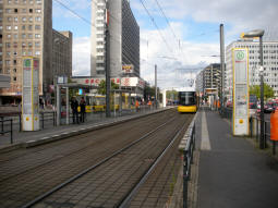 Memhardstraße: The platforms from the one for trams to Heinersdorf
